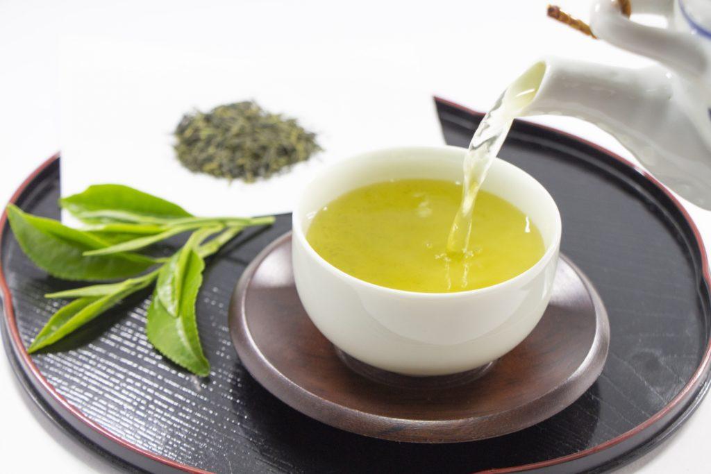 急須から注がれる日本茶