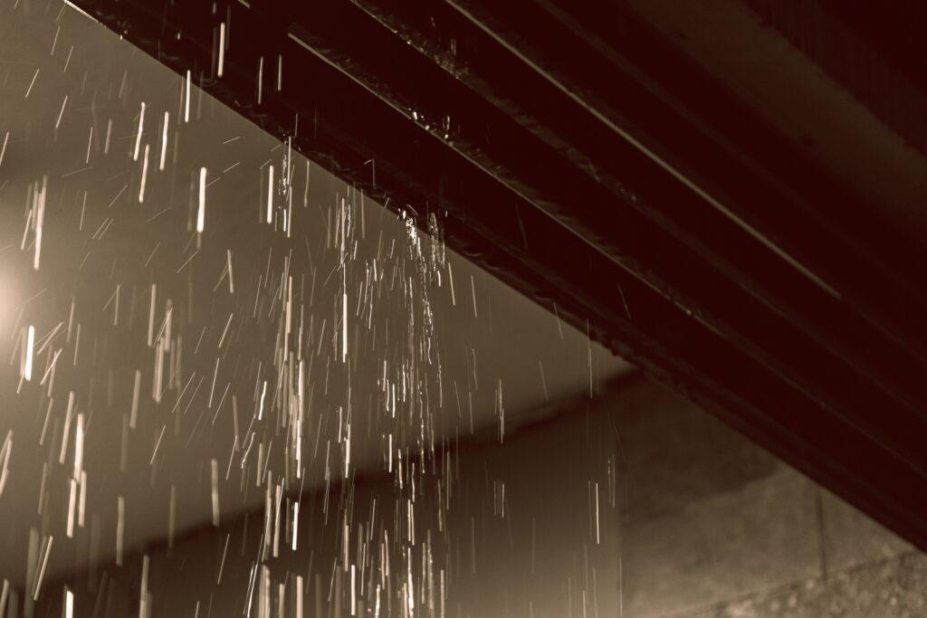 雨が滴る軒下