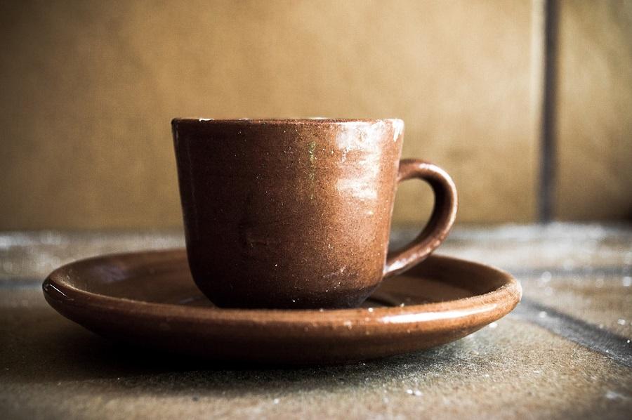 卓上の陶器製コーヒーカップ