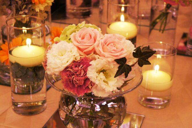 テーブルの上のバラのブーケとアロマキャンドル