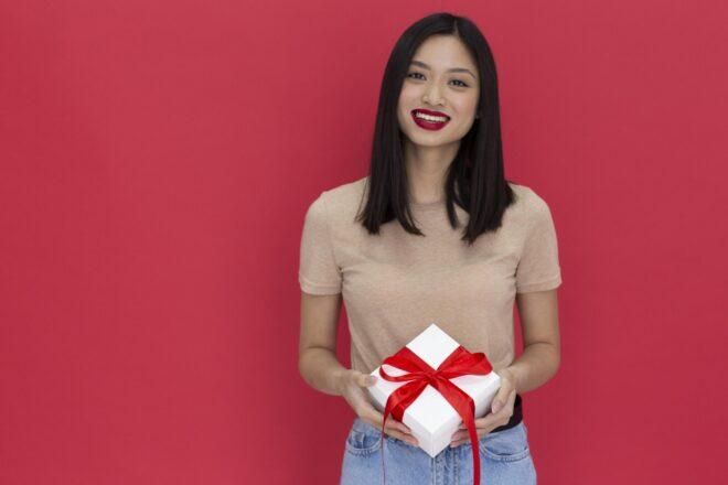 プレゼントを手にする笑顔の女性