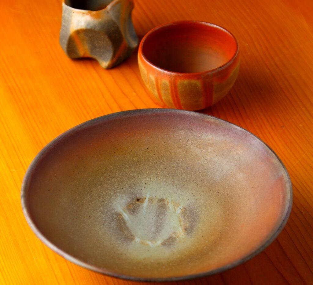 備前焼の皿と湯飲み