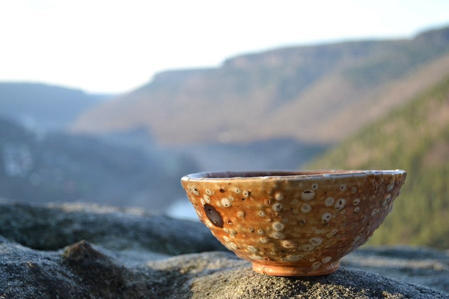 陶器と山の風景